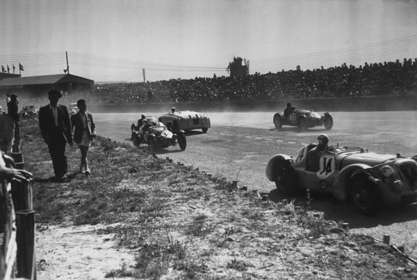 Le Mans, France. 25th - 26th June 1949.Gerard/Francisco Godia-Sales (Delage), 4th position, leads at the start, action. World Copyright: LAT Photographic.Ref: 49 - 17 - 7.