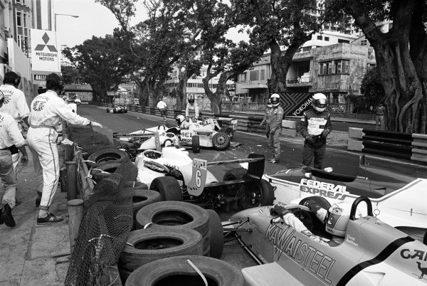 Macau, China. 26th November 1989.Otto Rensing (Reynard-Mugen Honda RT33), retired, leads the field into the first corner before the mass pile up, action.World Copyright: LAT PhotographicRef: 89/1120 - 12A