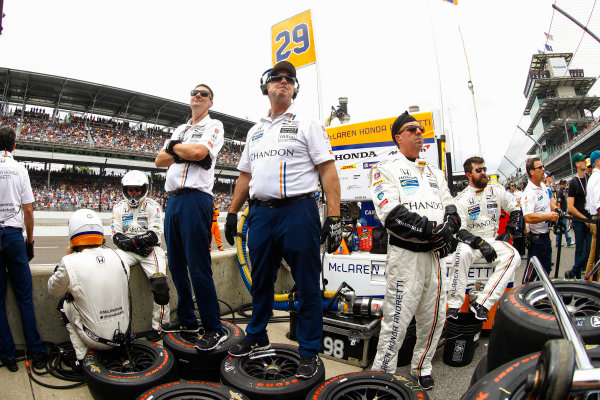 Verizon IndyCar Series Indianapolis 500 Race Indianapolis Motor Speedway, Indianapolis, IN USA Sunday 28 May 2017 The crew of Fernando Alonso, McLaren-Honda-Andretti Honda, in the pits. World Copyright: Steven Tee/LAT Images ref: Digital Image _R3I8730