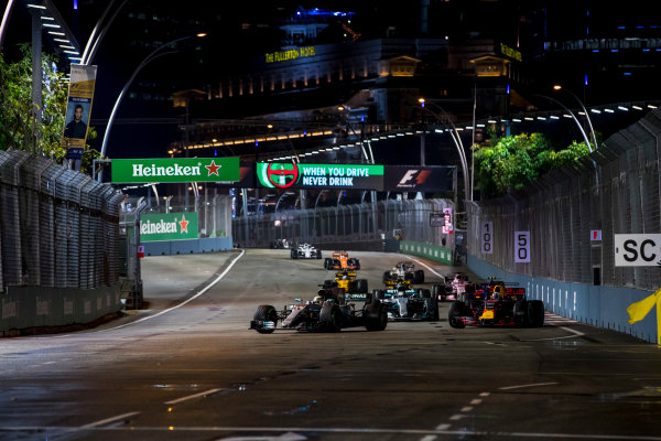 Marina Bay Street Circuit, Marina Bay, Singapore. Sunday 17 September 2017. Lewis Hamilton, Mercedes F1 W08 EQ Power+, leads Daniel Ricciardo, Red Bull Racing RB13 TAG Heuer, Valtteri Bottas, Mercedes F1 W08 EQ Power+, Carlos Sainz Jr, Toro Rosso STR12 Renault, Nico Hulkenberg, Renault R.S.17., Sergio Perez, Force India VJM10 Mercedes and Jolyon Palmer, Renault R.S.17.  World Copyright: Zak Mauger/LAT Images ref: Digital Image _56I7780