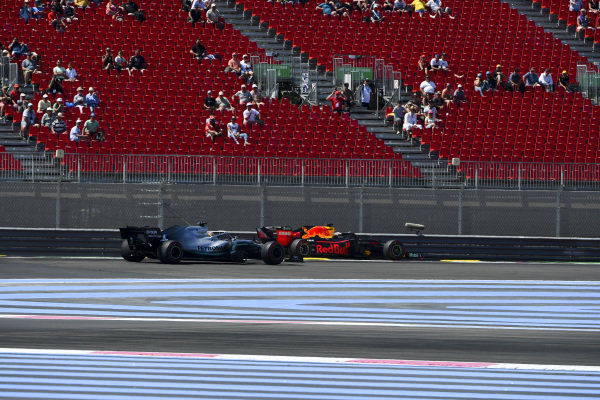 Lewis Hamilton, Mercedes AMG F1 W10 rejoins the track infant of Max Verstappen, Red Bull Racing RB15