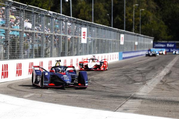 Sam Bird (GBR), Envision Virgin Racing, Audi e-tron FE05, leads Pascal Wehrlein (DEU), Mahindra Racing, M5 Electro