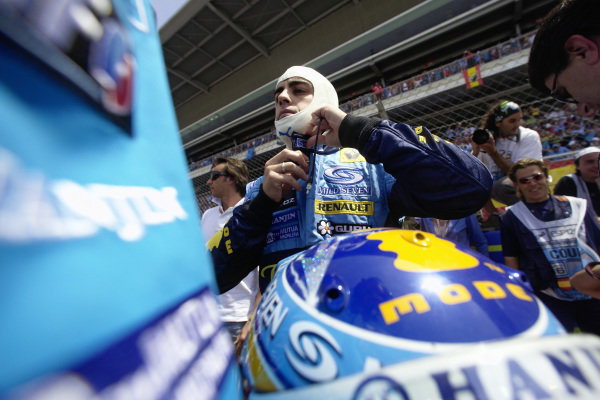 Fernando Alonso making final preparations before the start of the race.