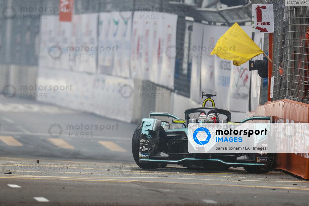 Nelson Piquet Jr. (BRA), Panasonic Jaguar Racing, Jaguar I-Type 3, causes a yellow flag