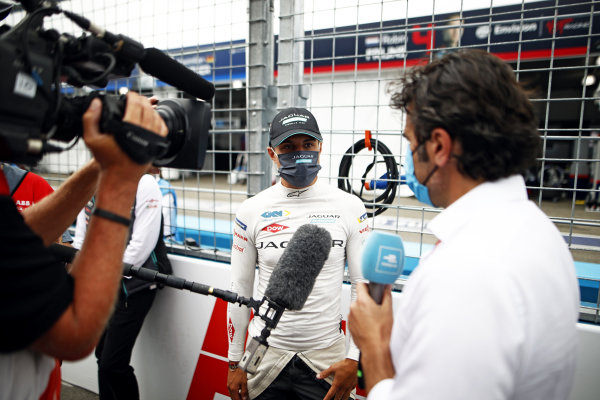 TV Pundit Dario Franchitti, interviews Mitch Evans (NZL), Jaguar Racing, on the grid