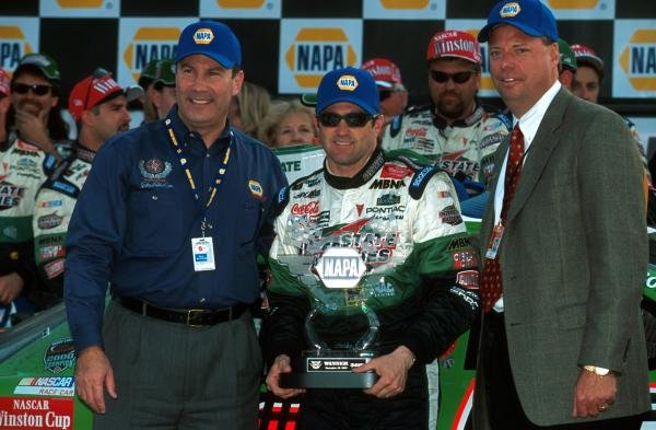 Race winner Bobby Labonte (USA) stands in Victory Lane with his trophy.Atlanta, USA. 18 November 2001.BEST IMAGE