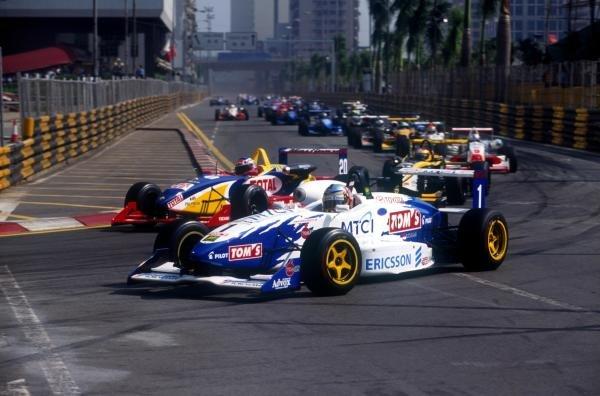 Darren Manning (GBR) leads at the start and wins both racesMacau Formula 3 Grand Prix, Macau, 21 November 1999
