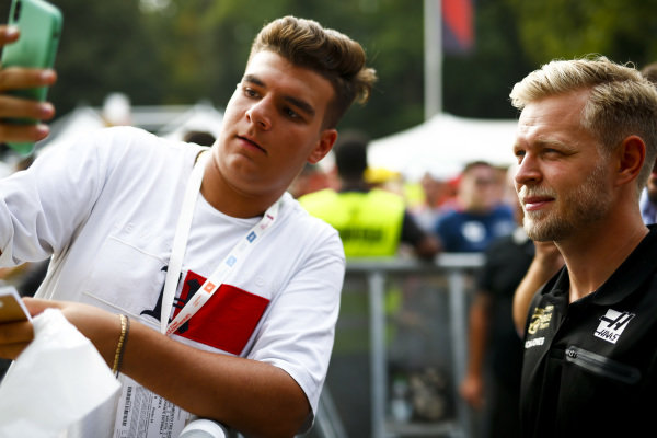 Kevin Magnussen, Haas F1 takes a selfie with a fan