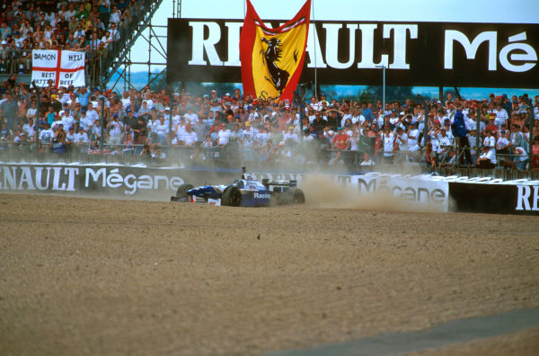 Silverstone, England.12-14 July 1996.Damon Hill (Williams FW18 Renault) went off into the gravel at Copse when his wheel nut became loose.Ref-96 GB 03.World Copyright - LAT Photographic