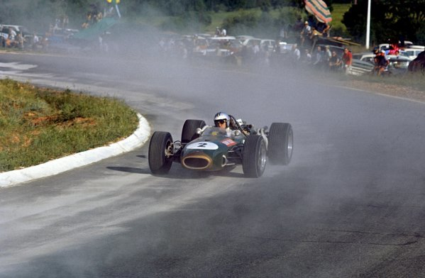 Denny Hulme (NZL) Brabham Repco BT20, kicks up cement dust on the way to 4th place.