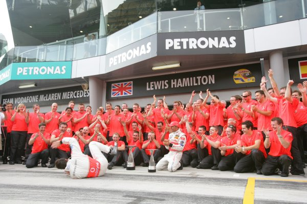 2007 Malaysian Grand Prix - Sunday RaceSepang, Kuala Lumpur. Malaysia.8th April 2007.Fernando Alonso, McLaren MP4-22 Mercedes, 1st position, and Lewis Hamilton, McLaren MP4-22 Mercedes, 2nd position, celebrate the McLaren one-two with their team. Portrait.World Copyright: Andrew Ferraro/LAT Photographic.ref: Digital Image ZP9O2759