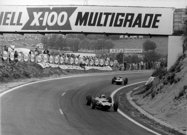 1965 French Grand Prix.Charade, Clermont-Ferrand, France.25-27 June 1965.Bruce McLaren (Cooper T77), retired, action.World Copyright - LAT Photographic.Ref: B/W Print.