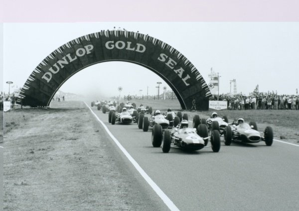 1965 South African Grand Prix.East London, South Africa.30/12/64-1/1/1965.Jim Clark (Lotus 33 Climax) leads at the start. He finished in 1st position.World Copyright - LAT Photographic
