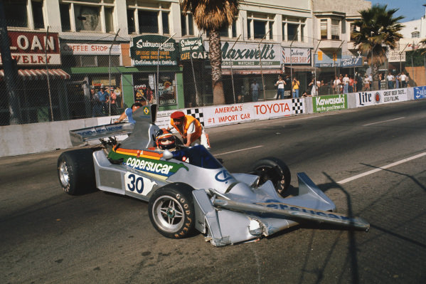 Long Beach, California, USA. 26th - 28th March 1976. Emerson Fittipaldi (Fittipaldi FD-Ford), 6th position, crashes during practice, action.  World Copyright: LAT Photographic.  Ref: 76LB38.