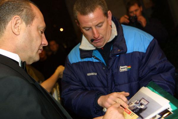 2000 Autosport Awards. Grovesnor House Hotel, Park Lane, England. 3 December 2000. Ron Dennis signs an autograph. World Copyright: Matt Jennings / LAT Photographic. Ref: Colour Transparency.