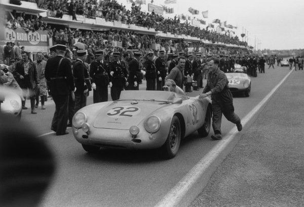 Le Mans, France. 21 - 22 June 1958.Carel Godin de Beaufort/Herbert Linge (Porsche 550A RS), 5th position, at the end of the race, action. World Copyright: LAT PhotographicRef: 7918F - 16-16A.