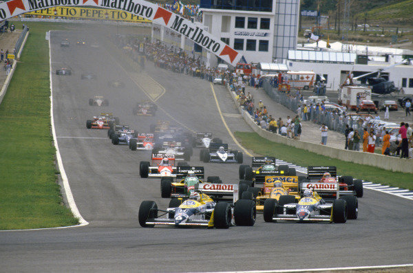 Jerez, Spain.25-27 September 1987.Nelson Piquet and teammate Nigel Mansell (both Williams FW11B Honda's) lead Ayrton Senna (Lotus 99T Honda) into Curva Expo at the start.Ref-87 ESP 06.World Copyright - LAT Photographic