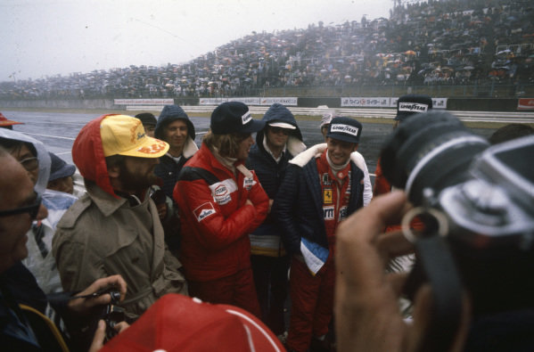 James Hunt and Niki Lauda talk during the drivers briefing.