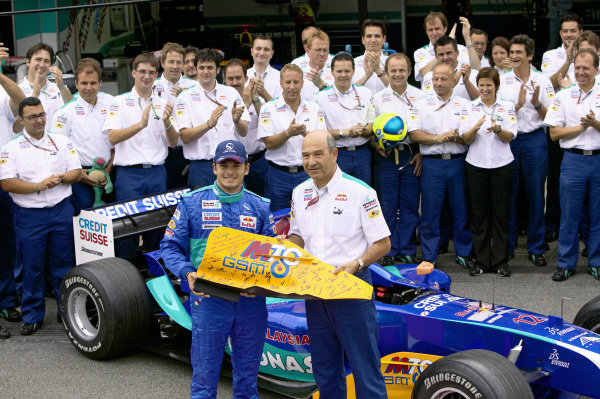 Sauber team say farewell to Giancarlo Fisichella as Peter Sauber presents him with a parting gift.