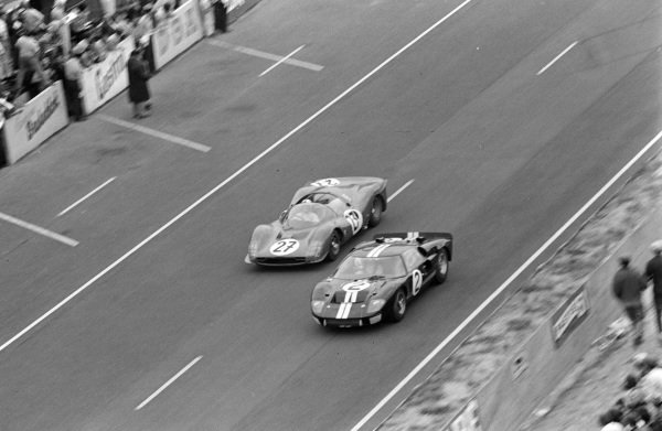 Bruce McLaren / Chris Amon, Shelby American Inc., Ford Mk II, battles with Richie Ginther / Pedro Rodriguez, North American Racing Team, Ferrari 330 P3 Spyder.
