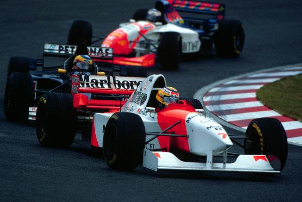 1995 Japanese Grand Prix.Suzuka, Japan.27-29 October 1995.Mark Blundell (McLaren MP4/10B Mercedes) closely followed by Karl Wendlinder (Sauber C14 Ford) and Taki Inoue (Footwork FA16 Hart).World Copyright - LAT Photographic