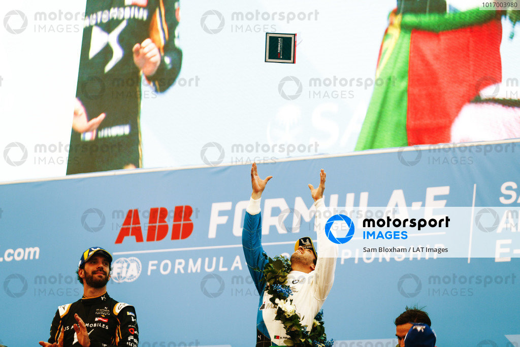 RIYADH STREET CIRCUIT, SAUDI ARABIA - DECEMBER 15: Antonio Felix da Costa (PRT), BMW I Andretti Motorsports throws his winner's trophy into the air as Jean-Eric Vergne (FRA), DS TECHEETAH watches on during the Ad Diriyah E-prix at Riyadh Street Circuit on December 15, 2018 in Riyadh Street Circuit, Saudi Arabia. (Photo by Sam Bloxham / LAT Images)