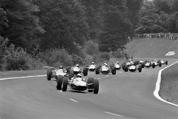 Jim Clark, Lotus 25 Climax, leads the field.