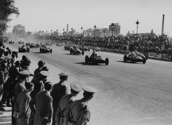 1951 Spanish Grand Prix.Pedralbes, Spain.Alberto Ascari (Ferrari 375F1) leads at the start, action.World Copyright - LAT PhotographicExhibition ref: a017Ref: 51/65#14