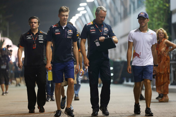 Marina Bay Circuit, Singapore. Friday 18 September 2015. Daniil Kvyat, Red Bull Racing, Jonathan Wheatley, Team Manager, Red Bull Racing and Pierre Gasly, Test Driver, Red Bull Racing.  World Copyright: Alastair Staley/LAT Photographic ref: Digital Image _R6T4692