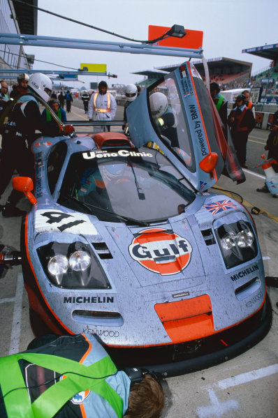 1997 Le Mans 24 hours. Le Mans, France. 14th - 15th June 1997. Pierre-Henri Raphanel / Jean-Marc Gounon / Anders Olofsson (McLaren F1 GTR), 2nd overall and 1st in Class, pit stop action. World Copyright: LAT Photographic. Ref: 97LM35