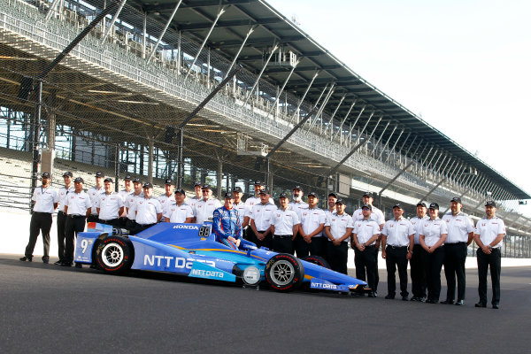 Verizon IndyCar Series Indianapolis 500 Qualifying Indianapolis Motor Speedway, Indianapolis, IN USA Monday 22 May 2017 Scott Dixon, Chip Ganassi Racing Teams Honda poses for front row photos with the Honda engineering staff World Copyright: Phillip Abbott LAT Images ref: Digital Image abbott_indyQ_0517_21684