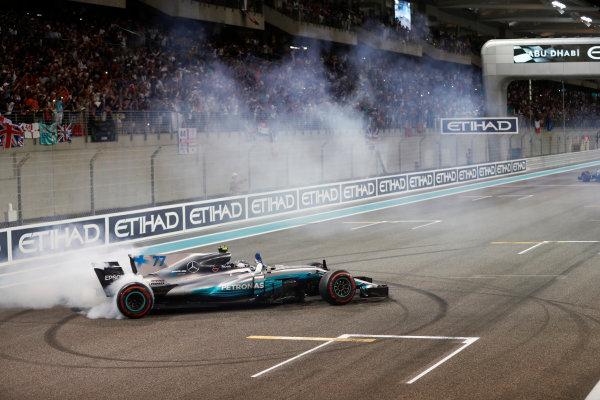 Yas Marina Circuit, Abu Dhabi, United Arab Emirates. Sunday 26 November 2017. Valtteri Bottas, Mercedes F1 W08 EQ Power+, 1st Position, performs celebratory doughnuts after the race. World Copyright: Glenn Dunbar/LAT Images  ref: Digital Image _31I9138