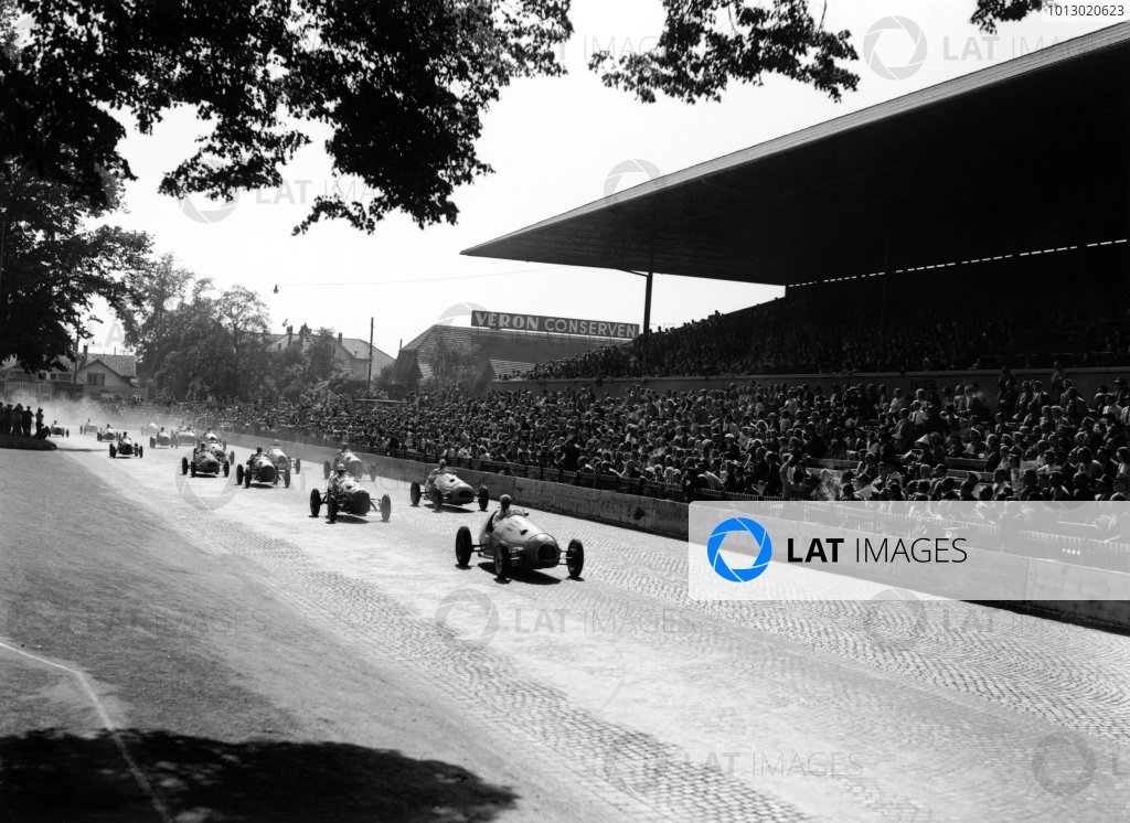 1948 Swiss Grand Prix.Bremgarten, Berne, Switzerland. 4th July 1948.Jean-Pierre Wimille (Alfa-Romeo 158), 2nd position, leads at the start, action.World Copyright: LAT Photographic.Ref: C22577.