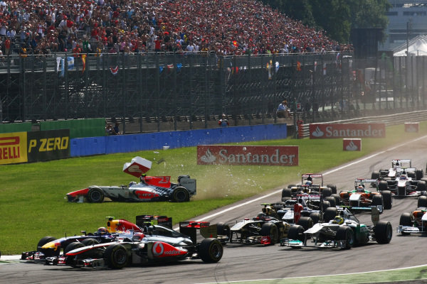 Vitantonio Liuzzi (ITA) HRT Formula 1 Team F111 crashes at the start of the race. Formula One World Championship, Rd 13, Italian Grand Prix, Race, Monza, Italy, Sunday 11 September 2011.  BEST IMAGE