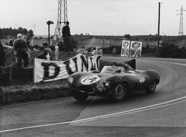 Le Mans, France. 12th - 13th June 1954 Duncan Hamilton/Tony Rolt (Jaguar D-type), 2nd position, action. World Copyright: LAT Photographic Ref: Autocar Used Pic 18th June 1954 Pg 867.