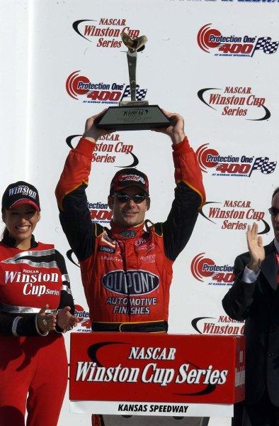 2002 NASCAR,Kansas City,Ks. Sept 26-29, 2002 USA -Jeff Gordon holding trophy up high,Copyright-Robt LeSieur2002LAT Photographic