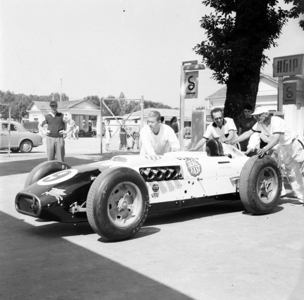 Mechanics push the car of Bob Veith, Bowes Seal Fast, Kurtis Kraft 500G Offenhauser.