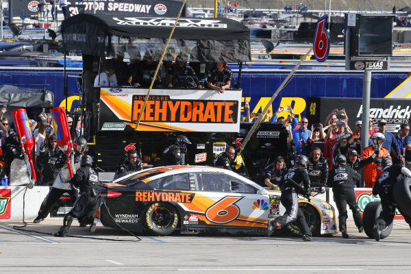 #6: Trevor Bayne, Roush Fenway Racing, Ford Fusion AdvoCare Rehydrate pit stop