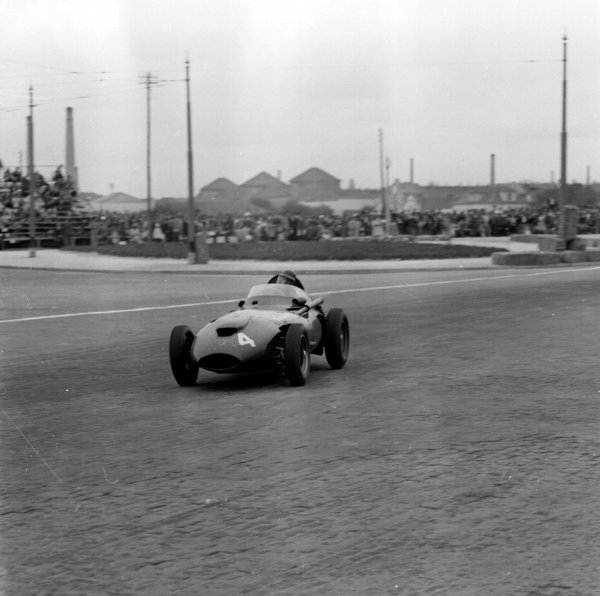 1958 Portuguese Grand Prix.Porto, Portugal.22-24 August 1958.Tony Brooks (Vanwall).Ref-2408.World Copyright - LAT Photographic