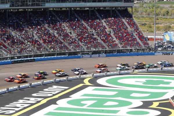 #18: Kyle Busch, Joe Gibbs Racing, Toyota Camry SKITTLES and #14: Clint Bowyer, Stewart-Haas Racing, Ford Mustang ITsavvy restart