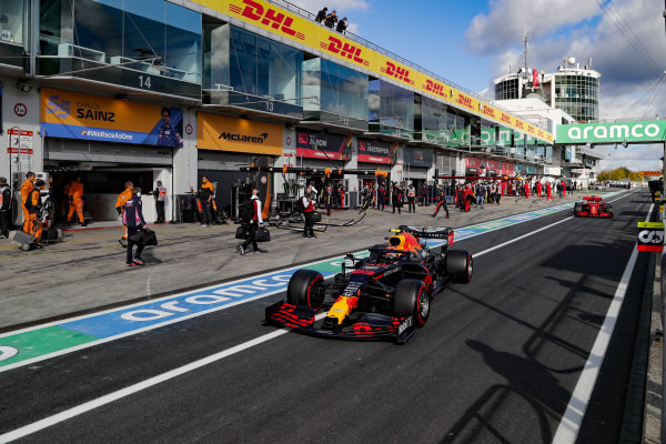 Alexander Albon, Red Bull Racing RB16, and Sebastian Vettel, Ferrari SF1000, head for the grid