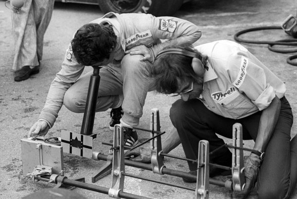 Ninth placed Patrick Depailler (FRA) Tyrrell (Left) check the set up alignment gauge.  South African Grand Prix, Rd2, Kyalami, South Africa, 6 March 1976.