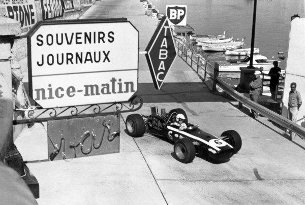 1968 Monaco Grand Prix.Monte Carlo, Monaco. 26 May 1968.Ludovico Scarfiotti, Cooper T86B-BRM, 4th position, at Tabac Corner, action.World Copyright: LAT PhotographicRef: Motor b&w print