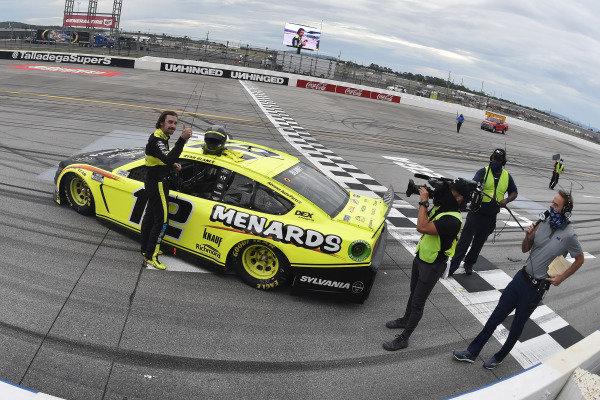 #12: Ryan Blaney, Team Penske, Ford Mustang Menards /Sylvania celebrates his win