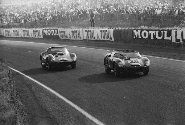 Pedro Rodriguez (MEX) Ferrari Dino 246 SP ahead of Maurice Trintignant (FRA) Maserati 151/1 Coupe.Le Mans 24 Hours, Le Mans, France, 23 June 1962.