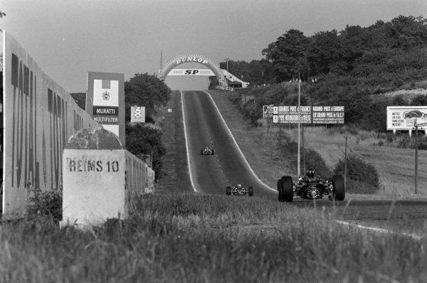 Graham Hill, BRM P261, chases other cars up the hill.