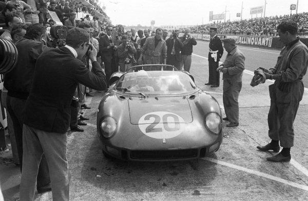 Jean Guichet / Nino Vaccarella, Scuderia Ferrari, Ferrari 275P, makes a pit stop.