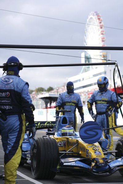 2006 Japanese Grand Prix - Saturday Qualifying Suzuka, Japan. 5th - 8th October 2006 Giancarlo Fisichella, Renault R26, pitstop, action. World Copyright: Charles Coates/LAT Photographic. ref: Digital Image ZK5Y6930