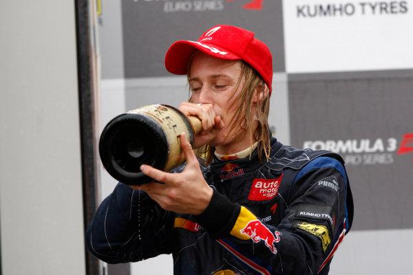Brands Hatch, England.6th September 2009.Brendon Hartley (NZ, Carlin Motorsport) 1st, sprays champagne on the podium.World Copyright: Andrew Ferraro/LAT Photographicref: Digital Image_H0Y4437 jpg