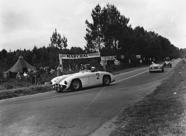 Le Mans, France. 13th - 14th June 1953 Phil Walters/John Fitch (Cunningham C5-R Chrysler), 3rd position, action. World Copyright: LAT Photographic Ref: Autocar Glass Plate C35976.